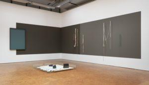 """Ausstellungsansicht """"Daniel Roth. Stac Lee"""", Daniel Roth, Landschaft, Netze und Landschaftsmodell Strand, 2020"""